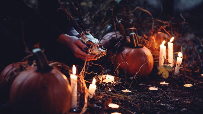 sorcière rituel dans la forêt halloween