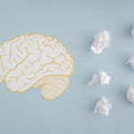 dessin d'un cerveau accompagné de boules de papier