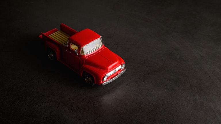 pick up rouge miniature jouet pour enfant sur fond ardoise noir